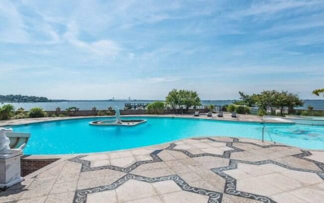 Com ilhas, tobogãs e bares molhados, a propriedade possui diversas piscinas