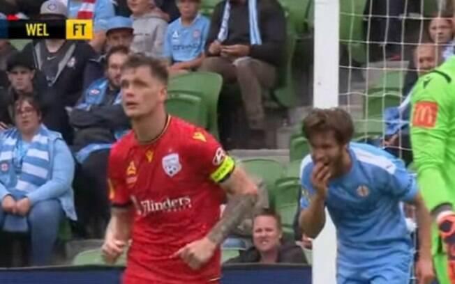 Jogador perde alguns dentes após disputa de bola com o goleiro