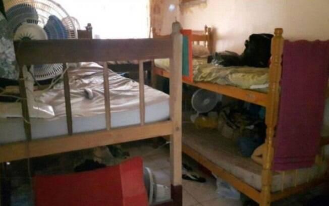 Seis pessoas dormiam em três beliches neste pequeno quarto