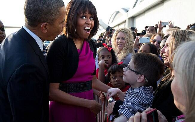 Michelle reage durante conversa com menino no Aeroporto de Love Field, em Dallas, Texas (24/4/2013)