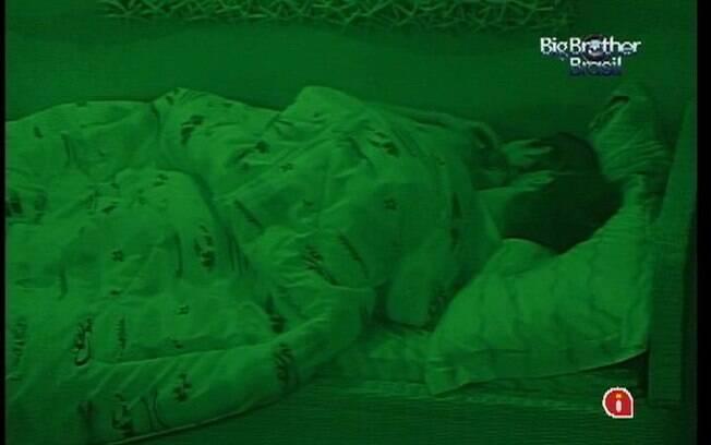 Jonas abraça Monique e os dois dormem juntinhos na cama de solteiro