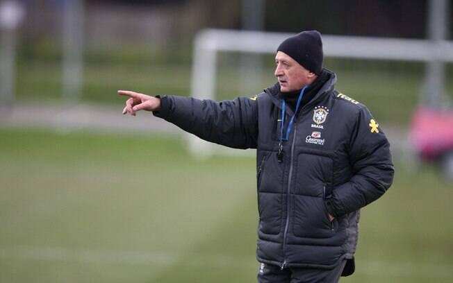 Felipão comanda treino da seleção em Londres,  antes de amistoso contra a Inglaterra