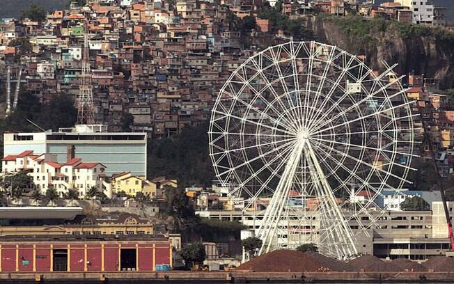 Roda gigante na Baía de Guanabara, no Rio de Janeiro