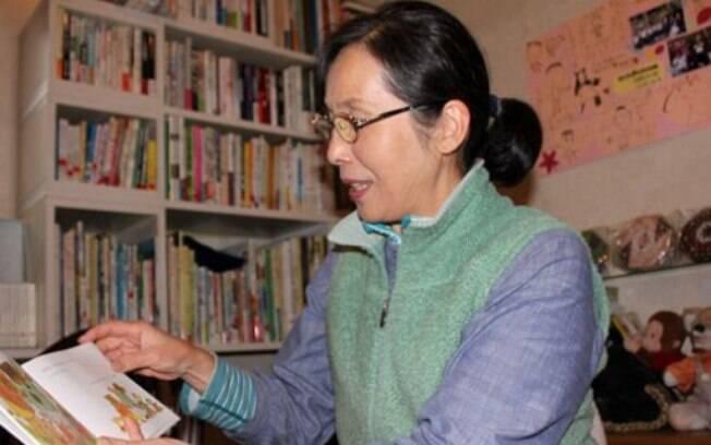 Yuko Sasaki, esposa de Itaru guia os visitantes e explica a razão para usar o Telefone do Vento
