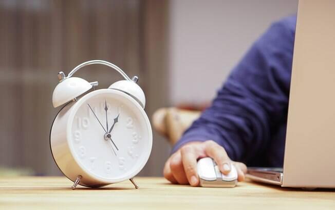 Aos domingos e feriados, pagamento de horas extras deve ser de 100% sobre o valor da hora normal