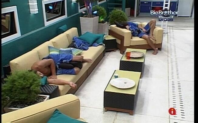 Fael e Jonas dormem no sofá da varanda da casa mais vigiada do Brasil
