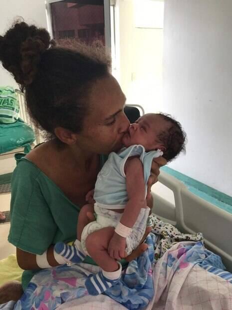 Iriana beijando seu bebê
