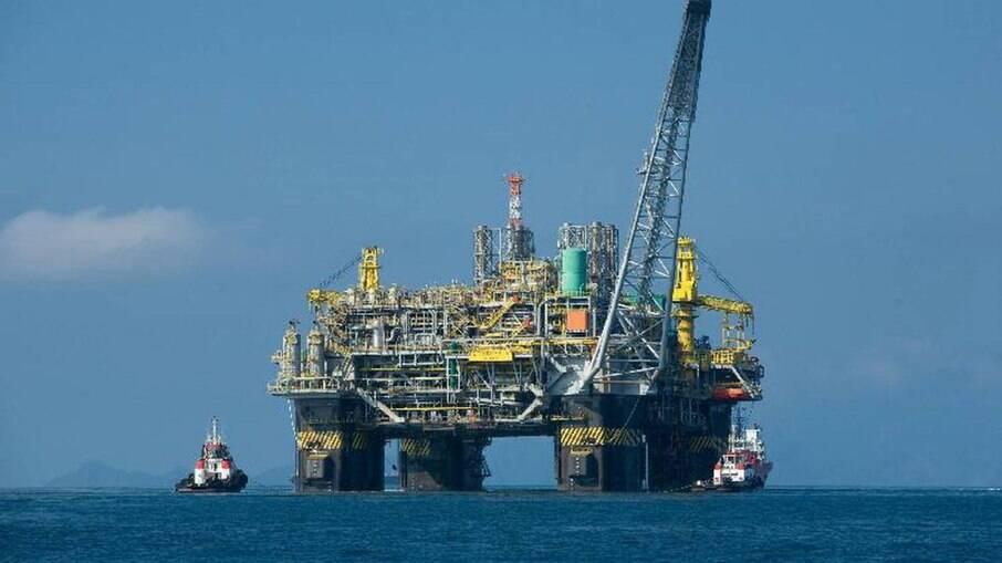 Uma estação de retirada de petróleo no litoral do Brasil