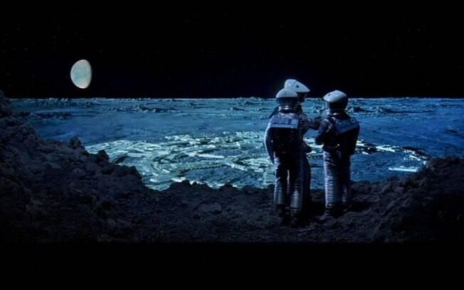 Astronautas caminham na borda da cratera Clavius, em cena do filme