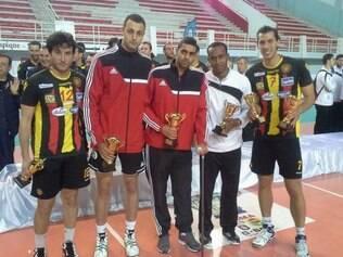 Jogadores do Esperance recebem premiação após final do Campeonato Africano