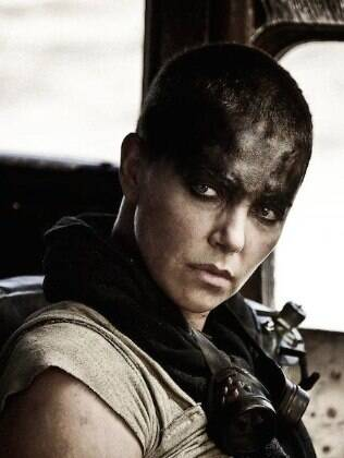 Charlize Theron interpreta Imperatriz Furiosa, desertora do reino de Immortan Joe