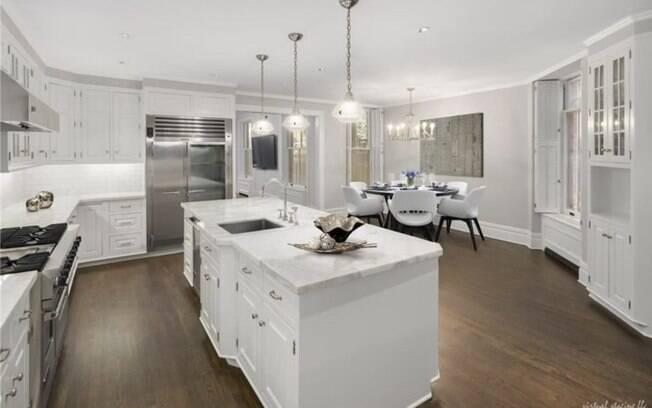 Uma das espaçosas cozinhas da casa também é uma especie de sala de jantar
