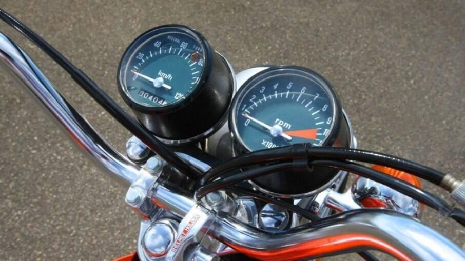 Instrumentos da Honda CG de 1976 vem com conta-giros, velocímetro, luz-espia e hodômetro