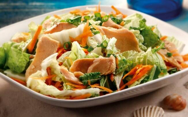 Travessa com salada de acelga, cebolinha, cenoura e salmão