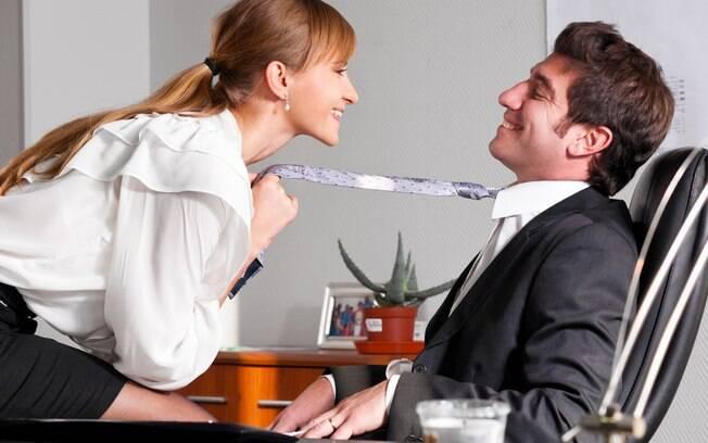 36% das pessoas que já fizeram ou fazem sexo no trabalho mal esperam o expediente acabar. Haja coragem!