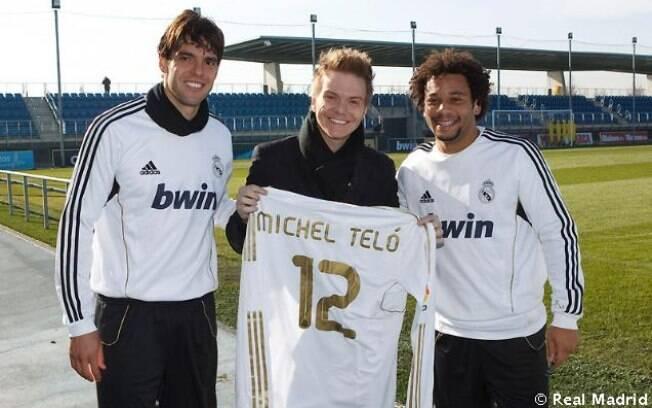 Michel Teló ganha camiseta personalizada com seu nome e posa ao lado de Kaká e de Marcelo, jogador que apresentou a dança aos boleiros europeus