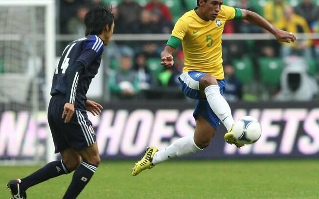 Paulinho domina a bola e arma ataque  brasileiro