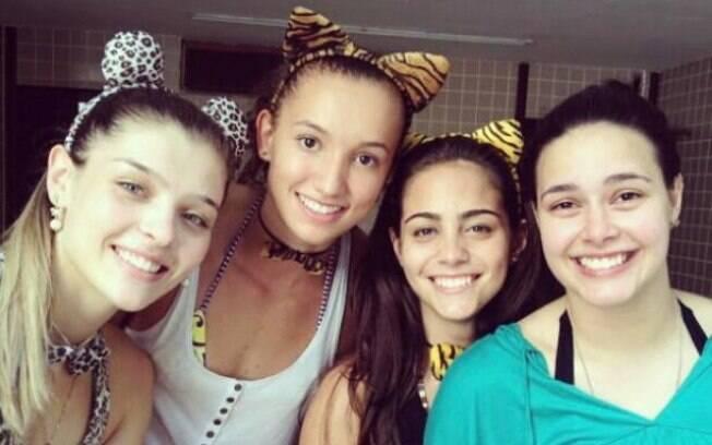 Rosamaria curtiu o carnaval com outras  novatas da Superliga. Na foto, ela está ao lado de  Gabi, Juliana e Gabriela, que é reserva do  Sollys/Nestlé