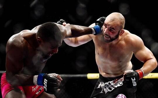 Glover aplica mata-leão em St. Preux e volta a vencer no UFC após dois anos - Lutas - iG