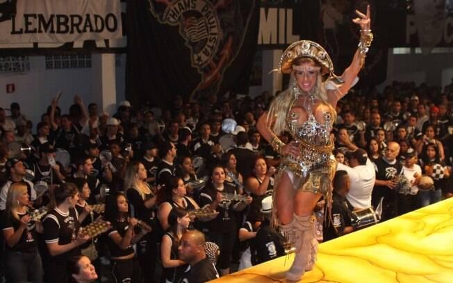 Tatiane Minerato foi vestida de cangaceira à festa de apresentação das fantasias da Gaviões da Fiel