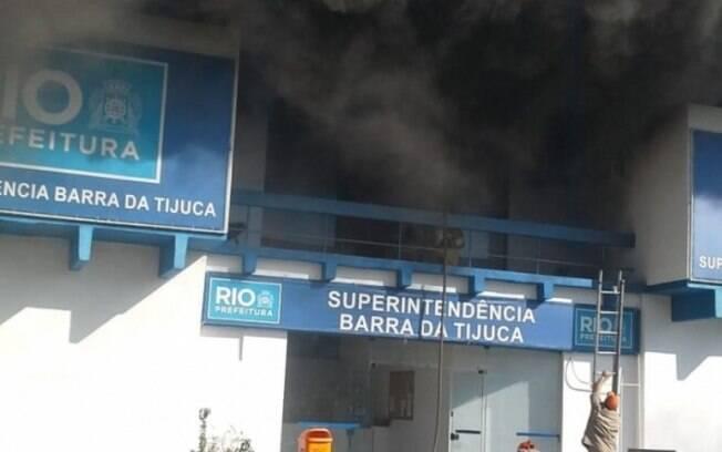 Homem invadiu prédio da superintendência da Prefeitura na Barra da Tijuca e atirou coquetéis molotov no segundo andar, colocando fogo no local