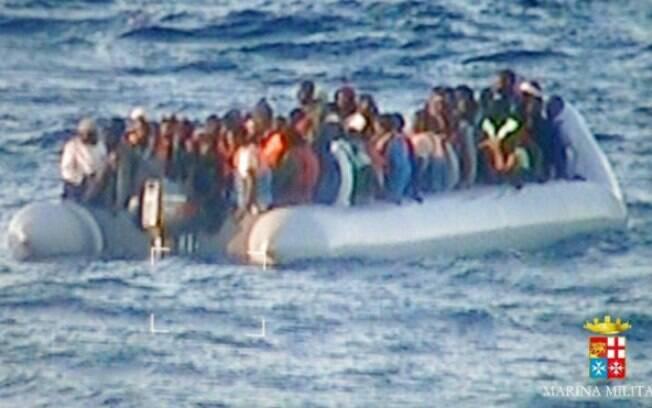 Imigrantes africanos resgatados na costa da Sicília pela Marinha italiana