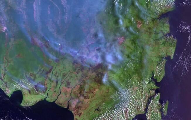 A fumaça sobe da parte indonésia de Bornéu: problema semelhante ao da Amazônia