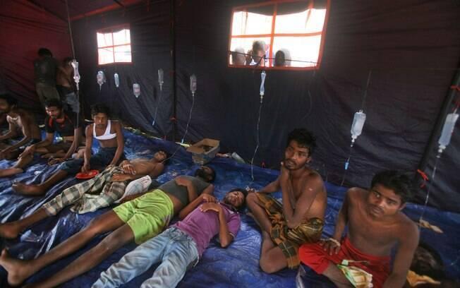 Mais de 700 imigrantes, vindos de Bangladesh e Mianmar, foram resgatados de um navio que afundava na costa da Indonésia