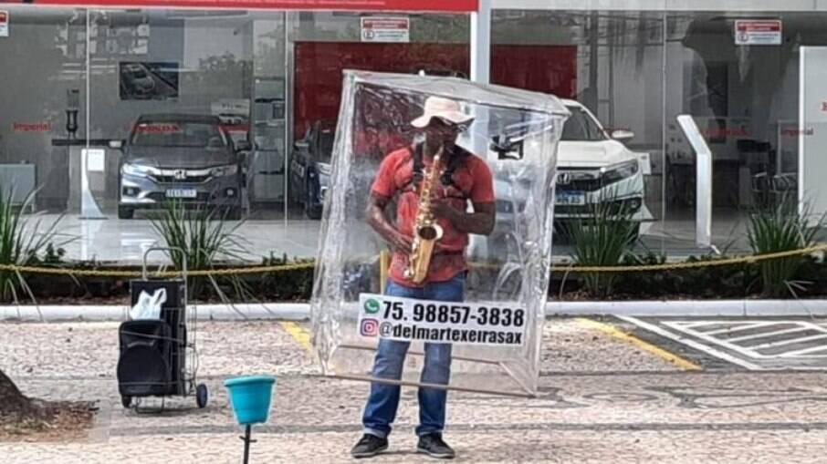 BA: Saxofonista se apresenta nas ruas de Salvador com 'barreira plástica'