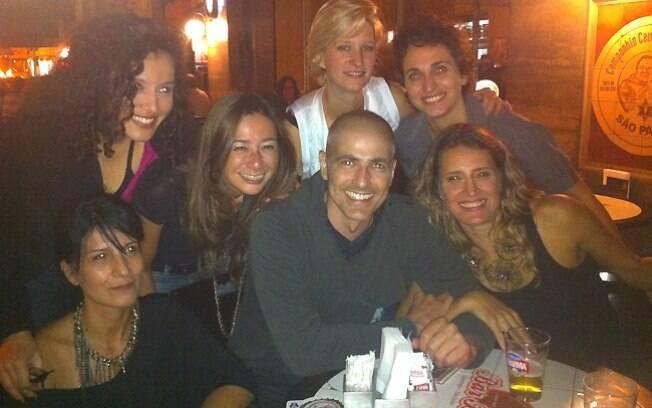 Reynaldo Gianecchini com as integrantes do grupo Samba de Rainha