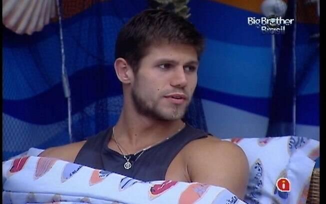 Jonas fica chateado ao ver que Fabiana não gostou de sua brincadeira