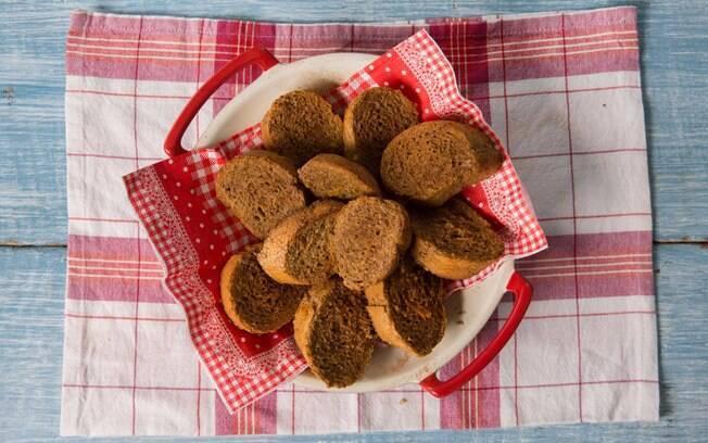 Servindo até 8 porções, a rabanada assada de pão integral demora até 35 minutos para ficar pronta