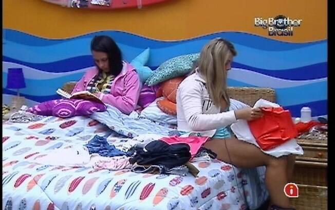 Kelly lê livro enquanto Fabiana arruma suas roupas