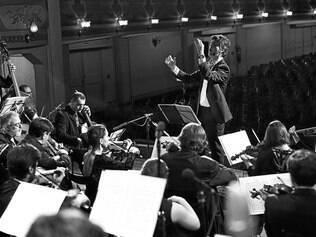 Grupo. Com 40 músicos em seu conjunto atual, a Orquestra Barroca recebe, anualmente, talentos de vários países para interpretar óperas com instrumentos de época