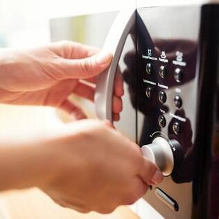 Para que o micro-ondas se conserve, deve ser devidamente limpo e seco após cada uso