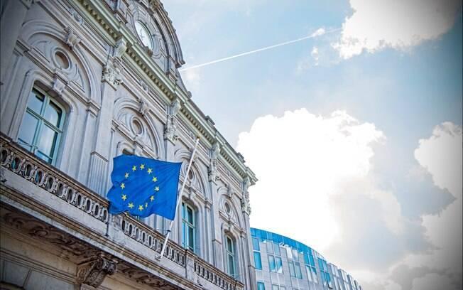 Bandeira da União Europeia a meio mastro, na sede do Parlamento Europeu na cidade de Estrasburgo