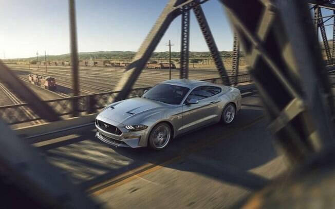 Ford Mustang 2018 ganhou detalhes como os novos faróis e itens reestilizados,  entre os quais o  capô e os para-choques
