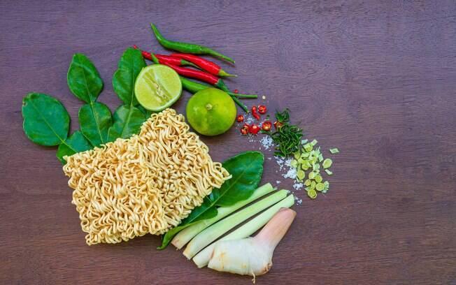 O miojo também pode ser um dos ingredientes da salada; clique aqui e aprenda a salada crocante com miojo