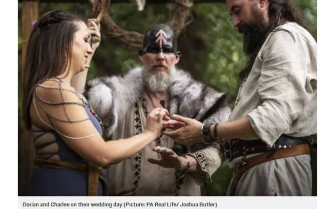 Casal faz casamento viking no Texas, nos Estados Unidos, e, entre os rituais adotados, um deles envolve um pacto de sangue