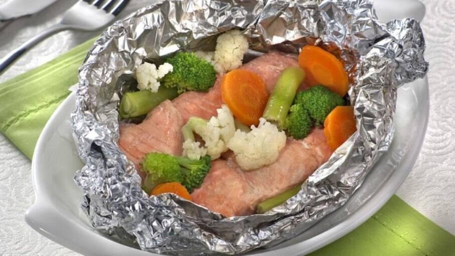 Salmão com legumes serve um bom jantar para experimentar o umami