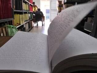 A Fundação Dorina Nowill distribui livros em braille para bibliotecas e escolas