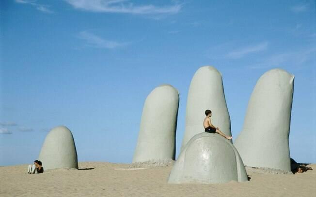 Na Praia Brava, turistas podem conferir a escultura La Mano em la Arena, feita pelo artista plástico chileno Mario Irarrázabal