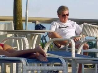 Hodgson todo relaxado aproveitando a tarde carioca