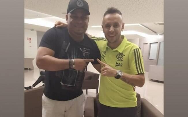 Ex-atacante do Flamengo 'entrega' retorno de Rafinha ao clube: 'O homem está voltando, Nação'