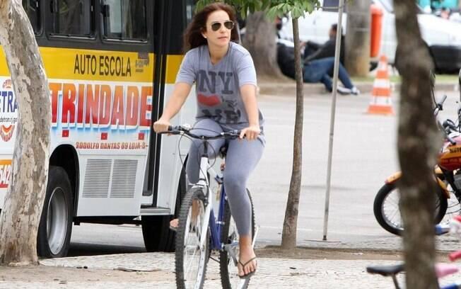 Ivete Sangalo circula de bicicleta no Rio