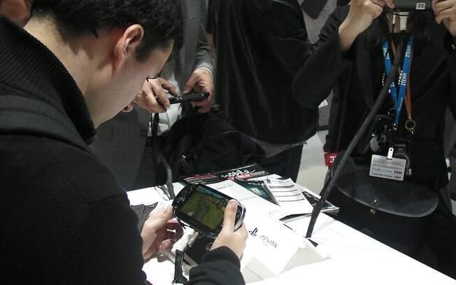 PS Vita é um dos aparelhos em exposição no estande da Sony