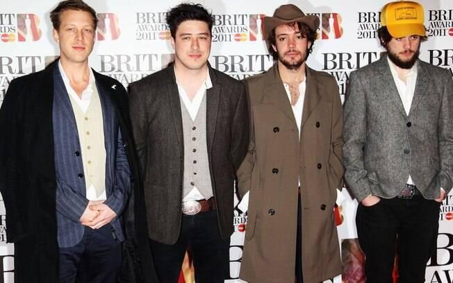 A banda Mumford and Sons: Marcus Mumford é o segundo da esquerda para a direta