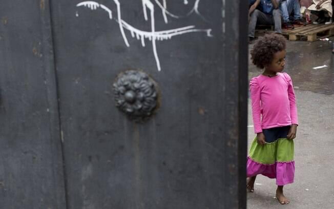 Criança caminha em direção ao centro de imigrantes em Roma (Arquivo)