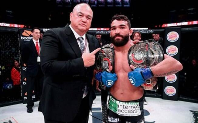 Presidente do Bellator%2C Scott Coker%2C ao lado do lutador Patricio Pitbull