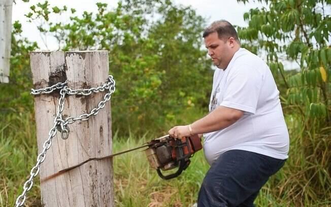 Deputado Jefferson Alves do PTB de Roraima usou uma motosserra para destruir o bloqueio feito por indígenas